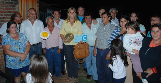 Vecinos del Barrio Hospital reciben a la Intendente Sand