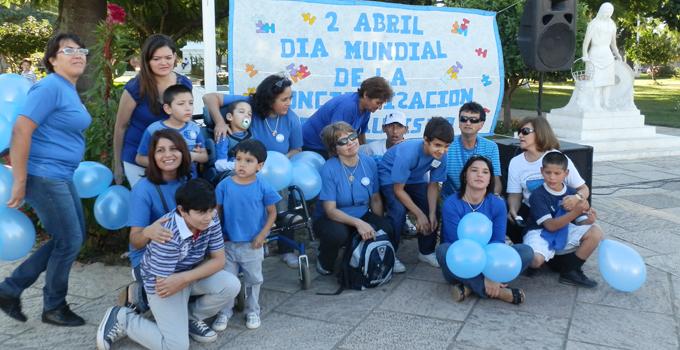 Nancy Sand participa de caminata por el día de la concientización sobre el autismo