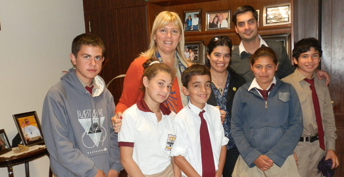 La Intendente Nancy Sand colabora con competidores olímpicos de matemáticas