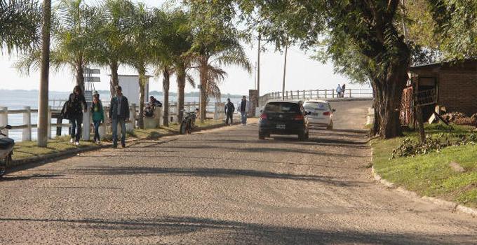 Continúa la colocación del paso peatonal sobre la Costanera