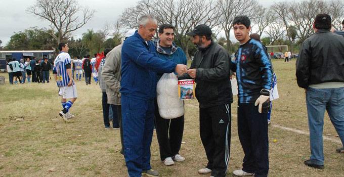 Enrique Ferreyra hizo entrega de elementos para canchas de fútbol en el Costa Esperanza