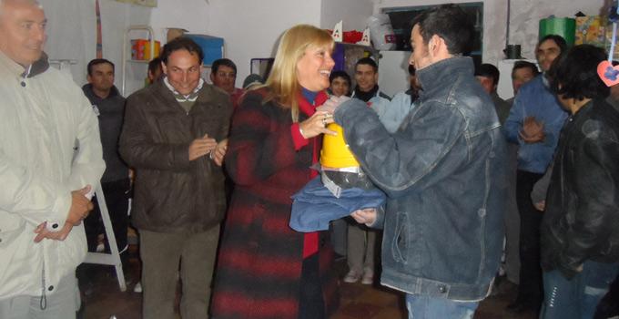 La Intendente Nancy Sand hace entrega de indumentaria para futuros electricistas