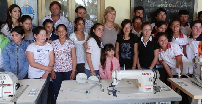 Nancy Sand hace entrega de máquinas industriales de coser en zona rural