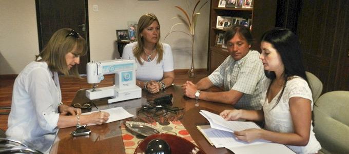Nancy Sand entregó máquina de coser al Hogar de Ancianos San Vicente de Paul