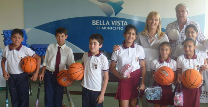 Nancy Sand  entregó elementos deportivos a instituciones de Bella Vista