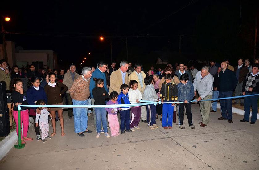 Chavez inauguró 11 cuadras de pavimento e iluminación