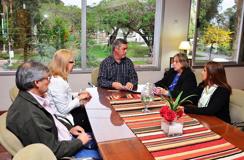 Chavez entregó subsidio a la cooperadora hospitalaria