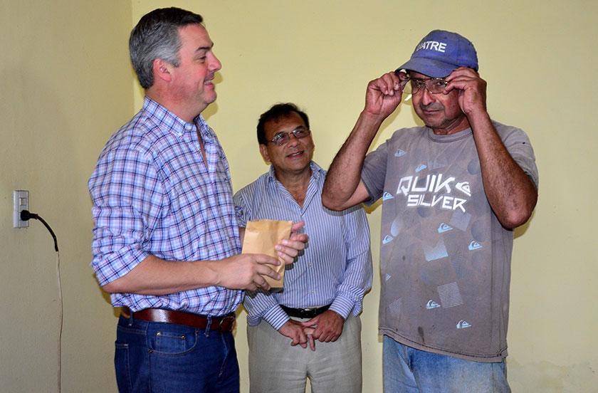 El Ministerio de Salud entregó anteojos gratuitos en Lomas Norte