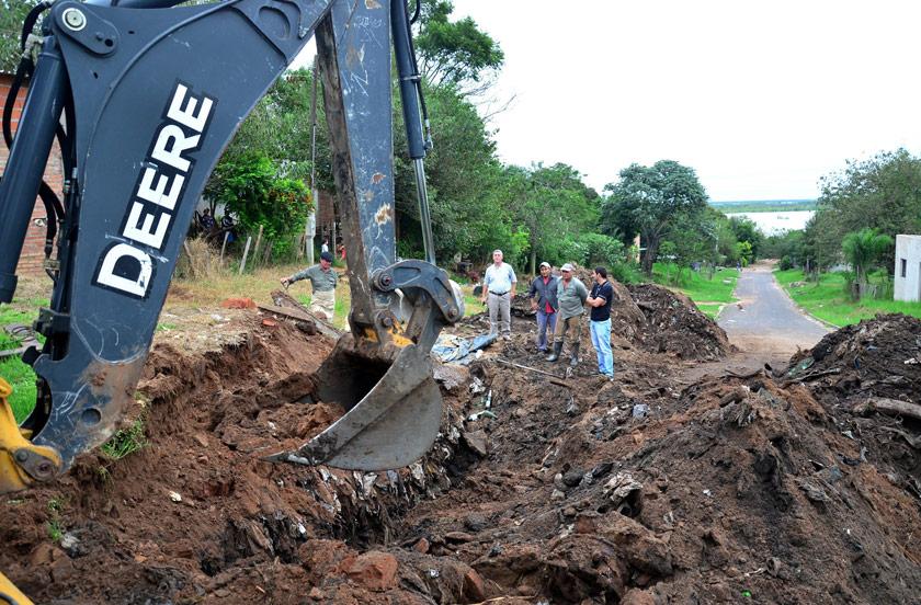 El municipio recupera desagües en barrio Santa Teresita