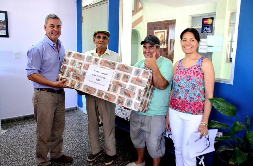 Chavez entregó el premio sorteado entre contribuyentes