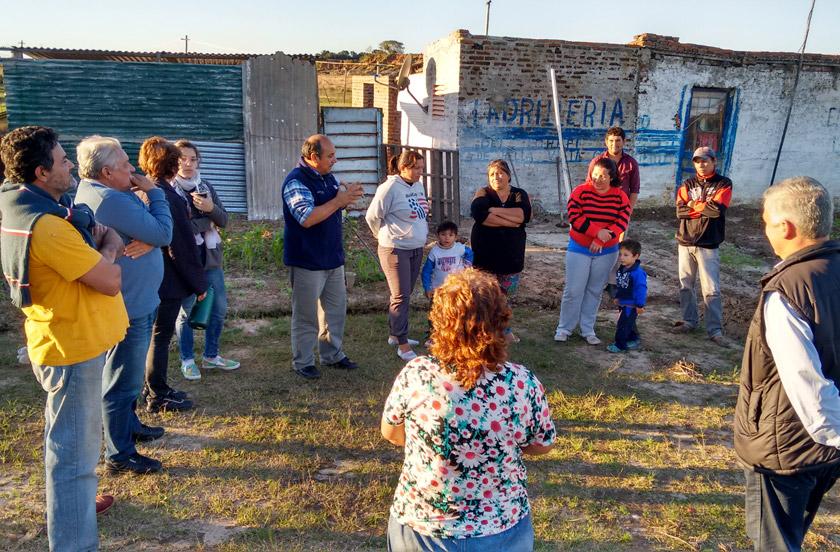 Chavez con vecinos del arroyo Toropí