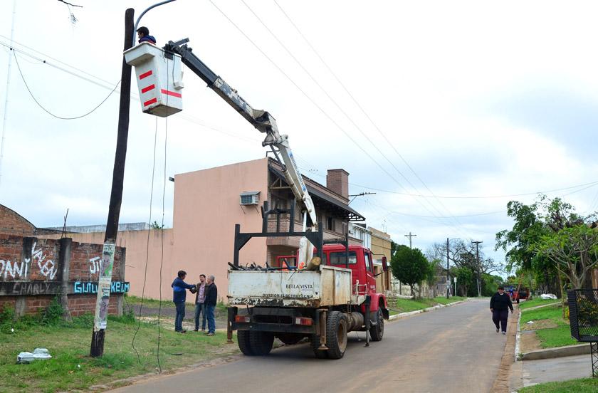 Funcionarios supervisan obras de iluminación y redes cloacales