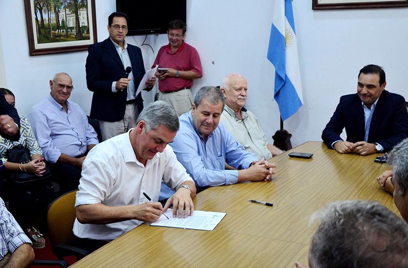 Chavez firmó los contratos de obras del PROMEBA