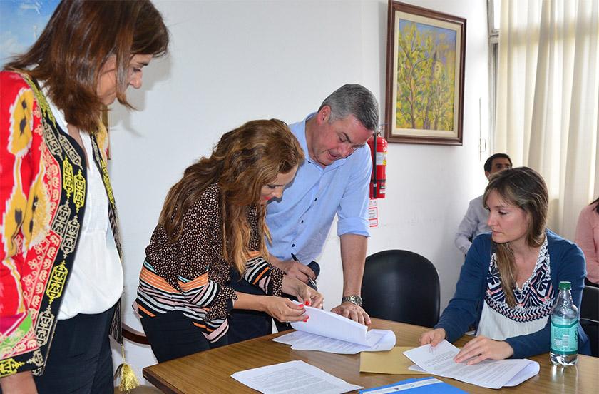 Chavez firmó convenio de Municipios y Comunidades Saludables