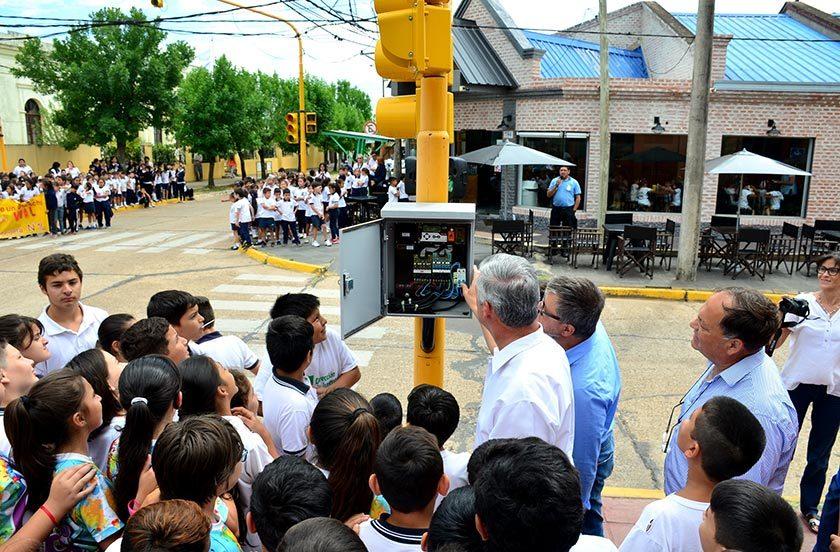 Inauguran semáforo en la esquina de Corrientes y Pedro Ferré
