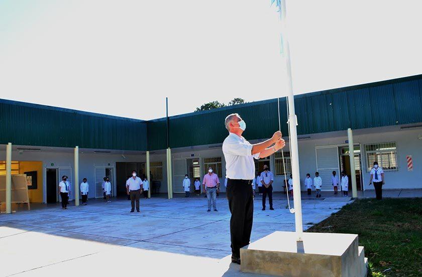 Chavez visitó una escuela rural en el primer día de clases