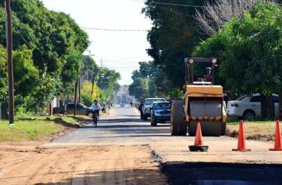 Funcionarios supervisan obras de asfalto en calle Chacabuco